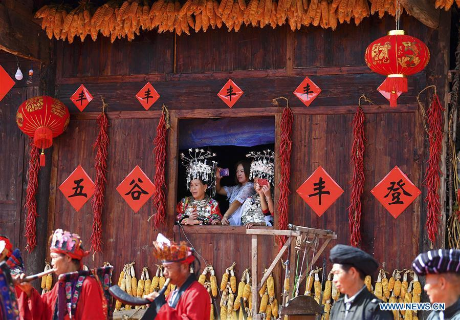 Local people enjoy performance in Qinglong Village of Huayuan County, central China\'s Hunan Province, Sept. 20, 2018. (Xinhua/Long Enze)