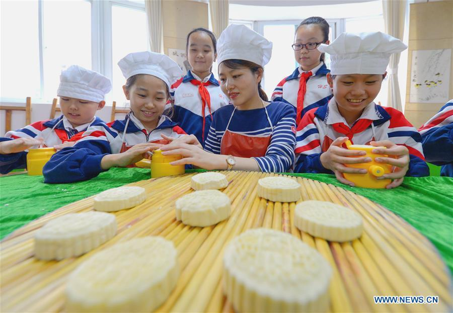 Students learn to make mooncakes at Nanguan primary school to greet the traditional Mid-Autumn Festival in Handan City, north China\'s Hebei Province, Sept. 21, 2018. The Mid-Autumn Festival falls on the 15th day of the eighth month of the Chinese lunar calendar, or Sept. 24 this year. (Xinhua/Wang Xiao)