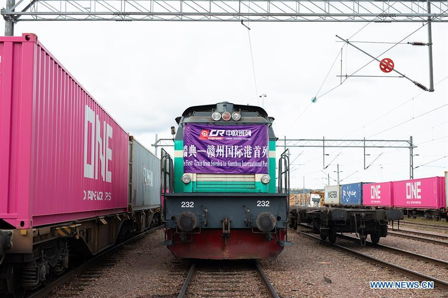 Photo taken on Sept. 17, 2018 shows the train in Stockholm, Sweden. A train loaded with spruce wood set off from the province of Dalarna in central Sweden on Sept. 17, marking the first launch of China-Europe freight train service from Sweden to east China\'s Ganzhou Port. (Xinhua)