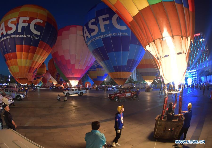 Hot air balloons are seen during a balloon festival at the Zhuge Liang Square in Xiangyang City, central China\'s Hubei Province, Sept. 22, 2018. A total of 33 delegations attended the festival, organized by the Chinese Balloon Club League. (Xinhua/An Fubin)