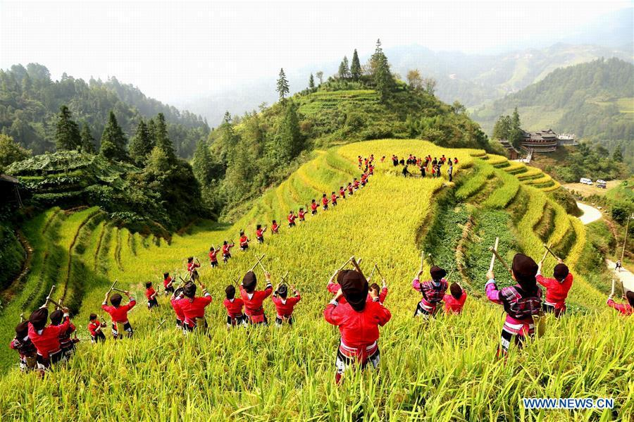 Villagers of the Yao ethnic group attend a ceremony marking the start of harvest in Xiaozhai Village of Longji County in Guilin, south China\'s Guangxi Zhuang Autonomous Region, Sept. 23, 2018. People across China hold various activities to celebrate the country\'s first Farmers\' Harvest Festival, which falls on Sept. 23 this year.(Xinhua/Wang Zichuang)