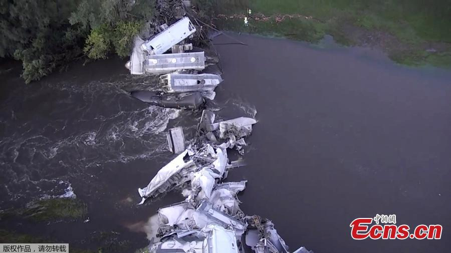 A train derailment near Alton, Iowa, United States is seen in this still image taken from a September 23, 2018 video. The accident demolished a bridge. About 20 cars carrying soybean oil and sand fell into the rain-swollen Floyd River. Authorities say no one was injured. (Photo/Agencies)