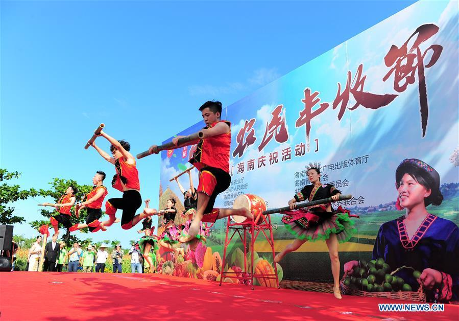 Performers stage a show to celebrate China\'s first Farmers\' Harvest Festival at a national rice theme park in Sanya, south China\'s Hainan Province, Sept. 23, 2018. People across China hold various activities to celebrate the country\'s first Farmers\' Harvest Festival, which falls on Sept. 23 this year. (Xinhua/Sha Xiaofeng)