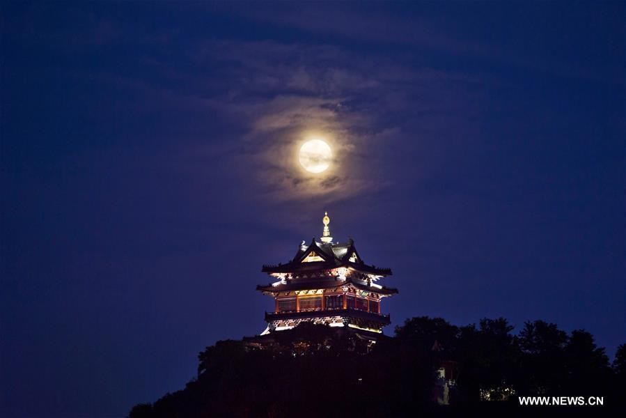 Photo taken on Sept. 24, 2018 shows the moon above the Yuntai Mountain in Zhenjiang, east China\'s Jiangsu Province. The Mid-Autumn Festival, which falls on Sept. 24 this year, is a traditional Chinese festival with a custom of family reunion. (Xinhua/Chen Gang)