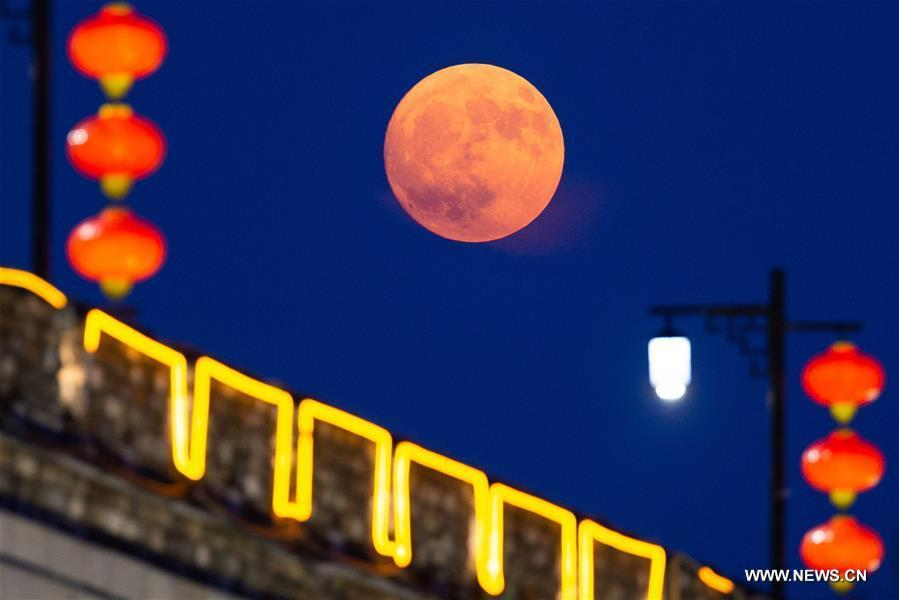 Photo taken on Sept. 24, 2018 shows the full moon over a section of ancient city walls initially built in Ming Dynasty (1368-1644) in Nanjing, capital of east China\'s Jiangsu Province. The Mid-Autumn Festival, which falls on Sept. 24 this year, is a traditional Chinese festival with a custom of family reunion. (Xinhua/Su Yang)