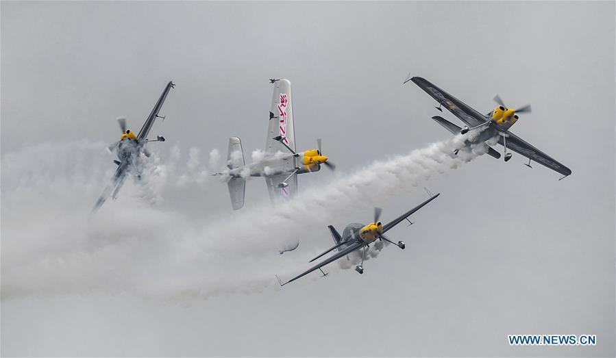 Aircrafts perform during Aviclub Flight Carnival 2018 in Jingmen, central China\'s Hubei Province, Sept. 22, 2018. Aerobatic teams from the United States, Turkey, Australia, and New Zealand participated in the three-day event which kicked off here on Friday. (Xinhua/Yang Guang)