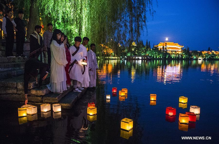 People put lanterns into an ancient canal in the moonlight to celebrate Mid-Autumn Festival in Taierzhuang, east China\'s Shandong Province, Sept. 24, 2018. The Mid-Autumn Festival, which falls on Sept. 24 this year, is a traditional Chinese festival with a custom of family reunion. (Xinhua/Gao Qimin)