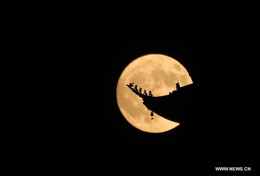 Photo taken on Sept. 24, 2018 shows the full moon in the sky in Nantong, east China\'s Jiangsu Province. The Mid-Autumn Festival, which falls on Sept. 24 this year, is a traditional Chinese festival with a custom of family reunion. (Xinhua/Xu Congjun)