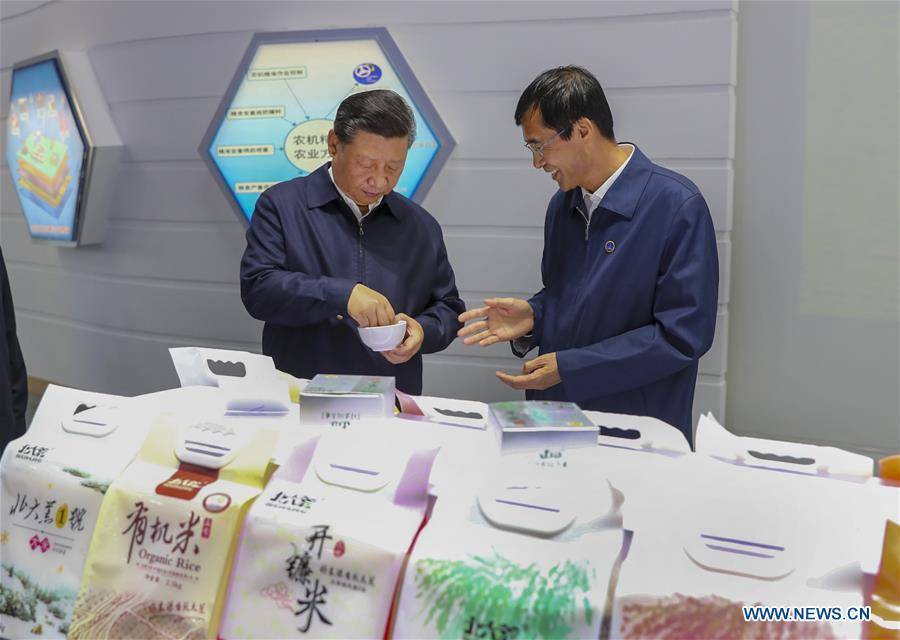 Chinese President Xi Jinping, also general secretary of the Communist Party of China (CPC) Central Committee and chairman of the Central Military Commission, checks the products at Beidahuang precision agriculture and agricultural machinery center, northeast China\'s Heilongjiang Province, Sept. 25, 2018. Xi started an inspection tour in Heilongjiang on Tuesday. (Xinhua/Xie Huanchi)