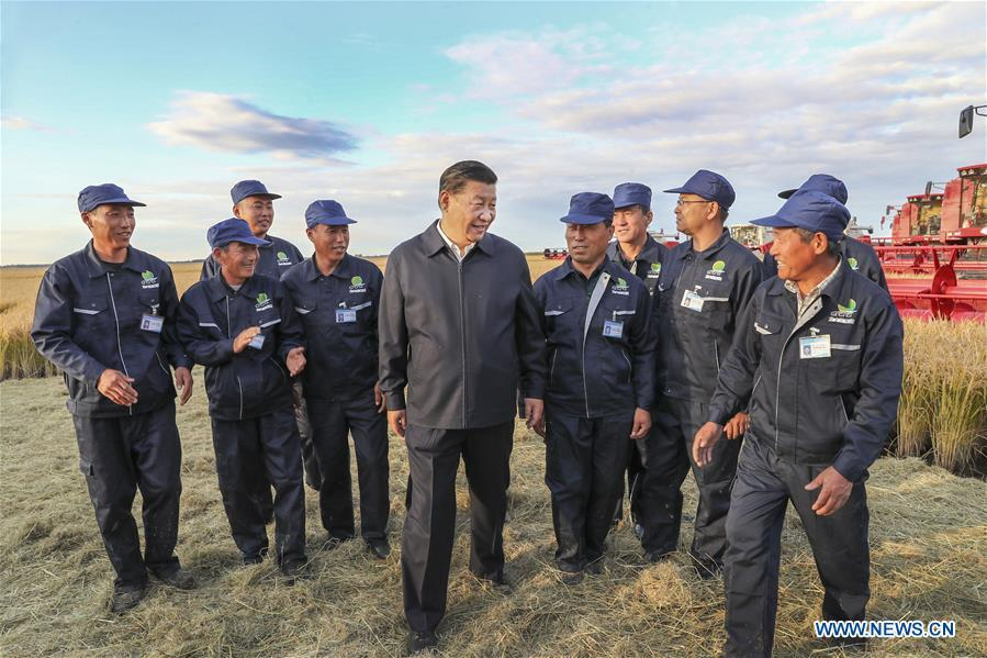 Chinese President Xi Jinping, also general secretary of the Communist Party of China (CPC) Central Committee and chairman of the Central Military Commission, talks with workers at Qixing farm, northeast China\'s Heilongjiang Province, Sept. 25, 2018. Xi started an inspection tour in Heilongjiang on Tuesday. (Xinhua/Xie Huanchi)