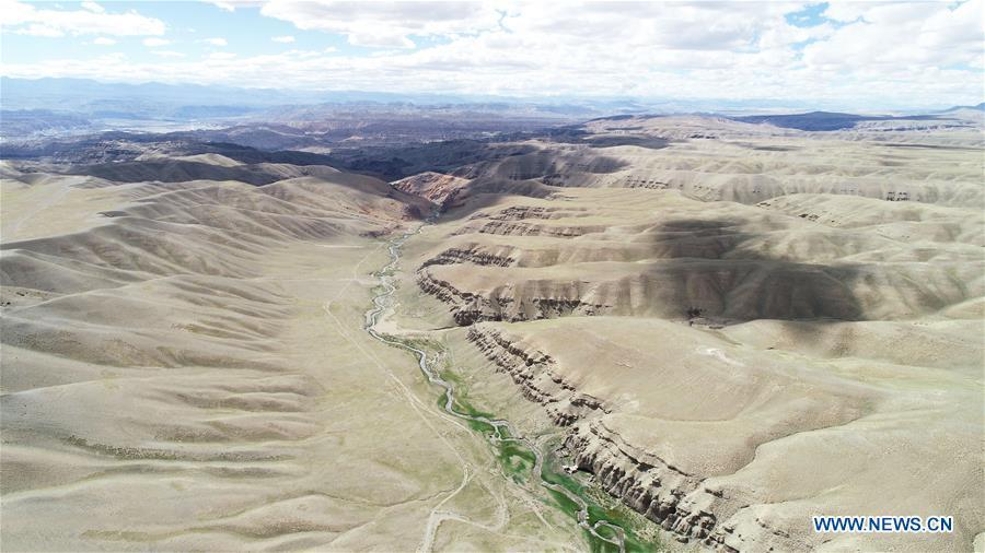 Aerial photo taken on Sept. 10, 2018 shows a stream in valleys of Ngari, southwest China\'s Tibet Autonomous Region. The Ngari area has an average altitude of over 4,000 meters above sea level. (Xinhua/Purbu Zhaxi)