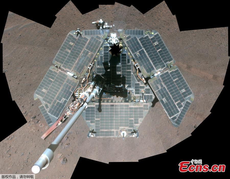 This self-portrait of NASA\'s Mars Exploration Rover Opportunity released by NASA on April 17, 2014 shows the effects of wind events that had cleaned much of the accumulated dust off the rover\'s solar panels. It combines multiple frames taken by Opportunity\'s panoramic camera (Pancam) through three different color filters March 22 through March 24, 2014, the 3,611th through 3,613th Martian days, or sols, of Opportunity\'s work on Mars. With the cleaner arrays and lengthening winter days, Opportunity\'s solar arrays are generating more than 620 watt-hours per day in mid-April 2014, compared to less than 375 watt-hours per day in January 2014. (Photo/Agencies)