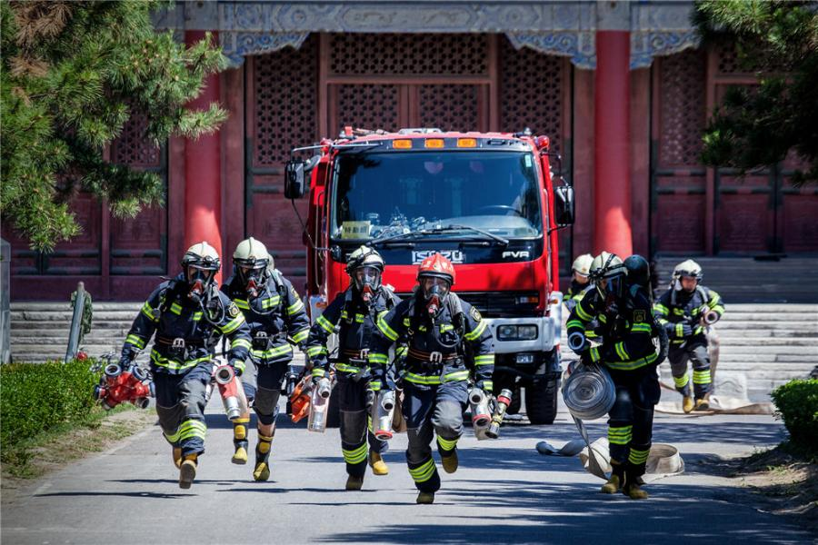Drills are staged frequently at the Palace Museum in Beijing, where a team is stationed by the east gate to keep watch for fire in turn 24 hours a day. (Photo/CHINA DAILY)  50-strong prevention team keeps close watch on landmark  They are likely to go unnoticed by the multitude of visitors who pass the Donghuamen, or East Prosperity Gate, at Beijing\'s Palace Museum, also known as the Forbidden City.  A force of about 50 firefighters stationed in a courtyard by the east gate of the former imperial palace keeps watch around the clock for what is probably the biggest potential enemy of the world\'s largest wooden architectural complex: fire.  Du Yandong, 28, who leads a unit in the Tiananmen Fire Squadron, has lived in the Forbidden City for eight years.  On Sept. 3, he read that the 200-year-old National Museum of Brazil in Rio de Janeiro had been gutted by fire. More than 90 percent of the 20 million artifacts collected by one of the largest natural history and anthropology museums in the Americas was destroyed.  \