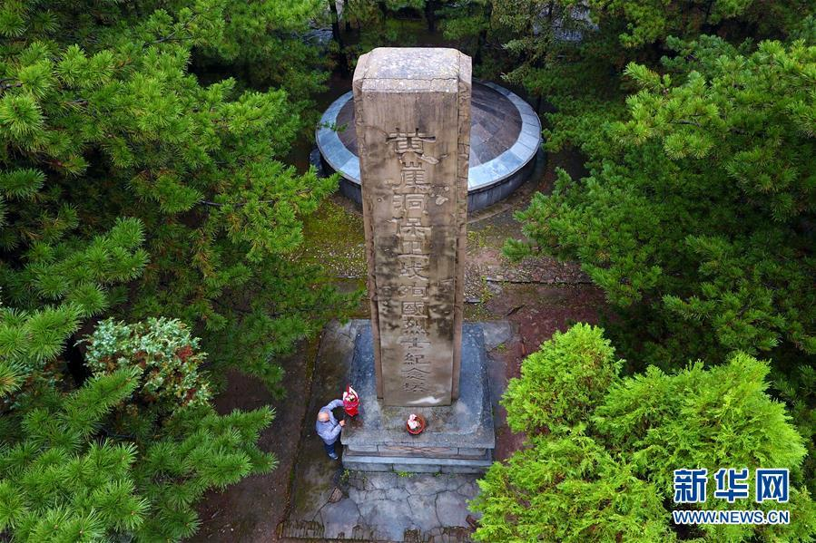 A drone photo shows Zhao Naitang, 73, working at the Huangyadong Martyrs Cemetery in Licheng County, North China's Shanxi Province, Sept. 19, 2018. Huangyadong used to be an arsenal of the Eighth Route Army and a battlefield during the Chinese People\'s War of Resistance against Japanese Aggression. Zhao has been the custodian at the cemetery, where 44 martyrs were buried, since 1991. (Photo/Xinhua)