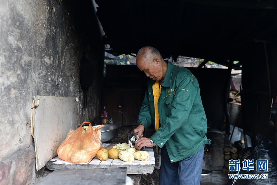 Zhao Naitang, 73, cooks lunch for himself at the Huangyadong Martyrs Cemetery in Licheng County, North China's Shanxi Province, Sept. 18, 2018. Huangyadong used to be an arsenal of the Eighth Route Army and a battlefield during the Chinese People\'s War of Resistance against Japanese Aggression. Zhao has been the custodian at the cemetery, where 44 martyrs were buried, since 1991. (Photo/Xinhua)