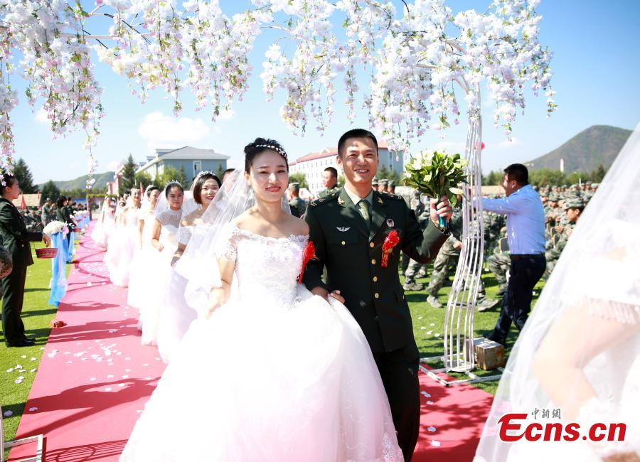 PLA Army soldiers take part in a group wedding ceremony on Sept. 27, 2018. Forty-eight pairs of couples had their wedding ceremony delayed due to a military mission. (Photo: China News Service/Liu Yishan)