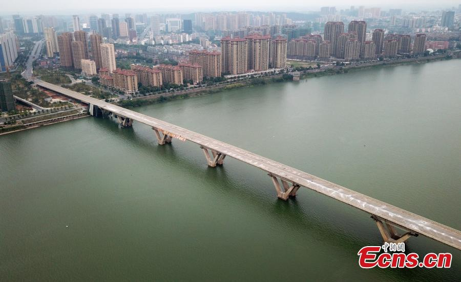 An old bridge before a controlled explosion in Ji'an City, East China's Jiangxi Province, Sept. 28, 2018. The bridge, 1,577 meters long and 19.5 meters wide, fell into disrepair after heavy traffic amid rapid economic growth. (Photo: China News Service/Hong Yi)