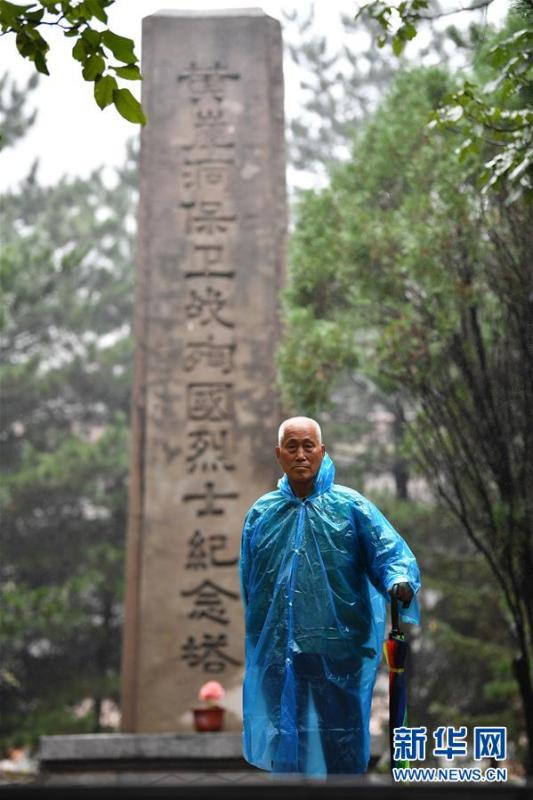 Zhao Naitang,73, works at the Huangyadong Martyrs Cemetery in Licheng County, North China's Shanxi Province, Sept. 18, 2018. Huangyadong used to be an arsenal of the Eighth Route Army and a battlefield during the Chinese People\'s War of Resistance against Japanese Aggression. Zhao has been the custodian at the cemetery, where 44 martyrs were buried, since 1991. (Photo/Xinhua)