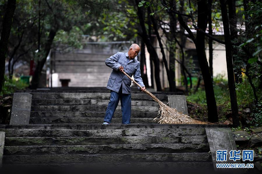 Zhao Naitang, 73, works at the Huangyadong Martyrs Cemetery in Licheng County, North China's Shanxi Province, Sept. 20, 2018. Huangyadong used to be an arsenal of the Eighth Route Army and a battlefield during the Chinese People\'s War of Resistance against Japanese Aggression. Zhao has been the custodian at the cemetery, where 44 martyrs were buried, since 1991. (Photo/Xinhua)