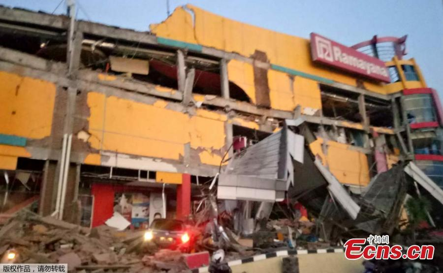 A handout photo made available by the Indonesian National Board for Disaster Management (BNPB) shows a collapsed shopping mall after a 7.7 magnitude earthquake that hit in Donggala, Central Sulawesi, Indonesia, Sept. 28, 2018. A tsunami caused deaths when it hit a small city on the Indonesian island of Sulawesi on Friday after a major quake, collapsing buildings and cutting off power, officials said, although the exact number of casualties was not clear.(Photo/Agencies)