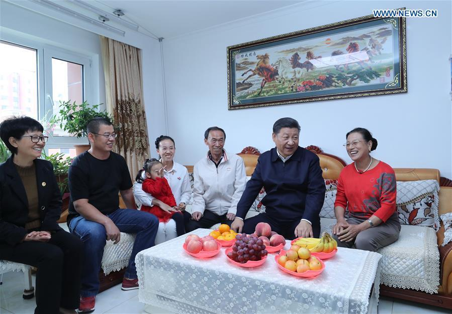 Chinese President Xi Jinping, also general secretary of the Communist Party of China (CPC) Central Committee and chairman of the Central Military Commission, visits Donghuayuan, a resettlement community for residents from coal-mining area in Fushun, northeast China\'s Liaoning Province, Sept. 28, 2018. (Xinhua/Ju Peng)