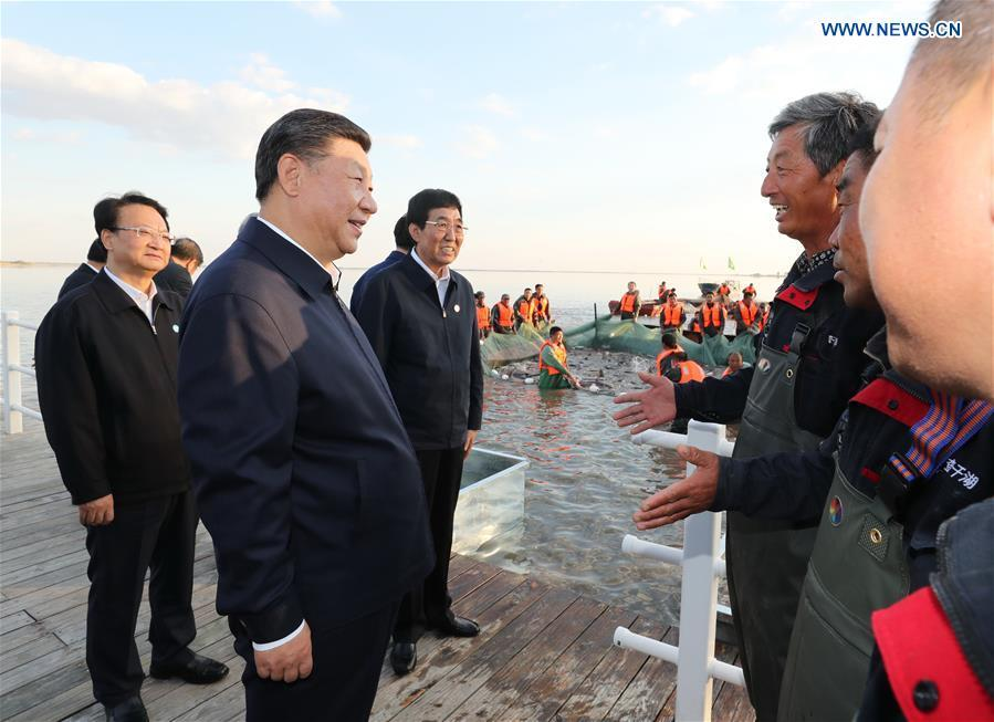 Chinese President Xi Jinping, also general secretary of the Communist Party of China (CPC) Central Committee and chairman of the Central Military Commission, talks with fishermen as he visits the Chagan Lake in Songyuan, northeast China\'s Jilin Province, Sept. 26, 2018. Xi has stressed the revitalization of China\'s northeast region with fresh efforts during a research trip from Sept. 25 to 28 to the provinces of Heilongjiang, Jilin and Liaoning, and presided over a symposium on advancing revitalization of northeast China on Friday. (Xinhua/Ju Peng)