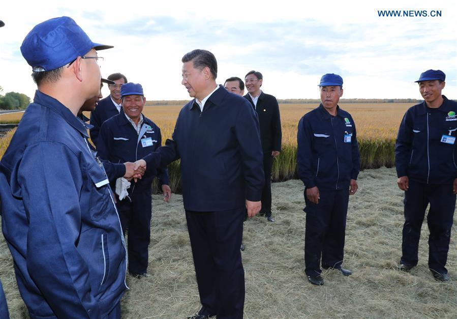 Chinese President Xi Jinping, also general secretary of the Communist Party of China (CPC) Central Committee and chairman of the Central Military Commission, talks with workers at Qixing farm, northeast China\'s Heilongjiang Province, Sept. 25, 2018. Xi has stressed the revitalization of China\'s northeast region with fresh efforts during a research trip from Sept. 25 to 28 to the provinces of Heilongjiang, Jilin and Liaoning, and presided over a symposium on advancing revitalization of northeast China on Friday. (Xinhua/Xie Huanchi)