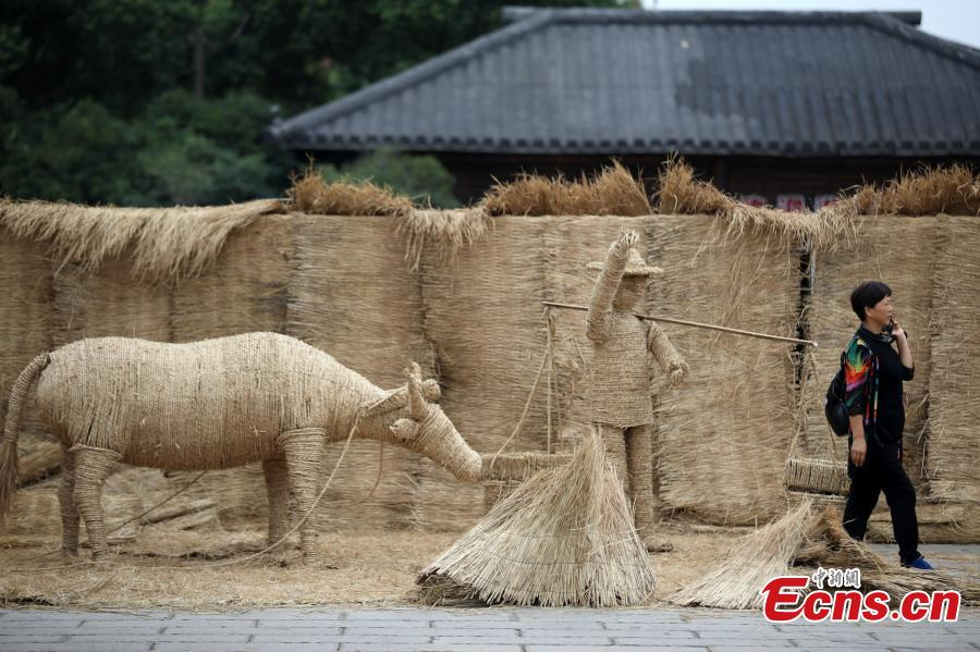 A straw labyrinth at Chunqiu Yancheng, the remains of an ancient city from the Spring and Autumn period (770?476 bc) in Changzhou City, East China's Jiangsu Province, Sept. 28, 2018. Performers in traditional costumes showed ancient agricultural practices and entertained visitors in the maze built with straw bales. (Photo: China News Service/Yang Bo)
