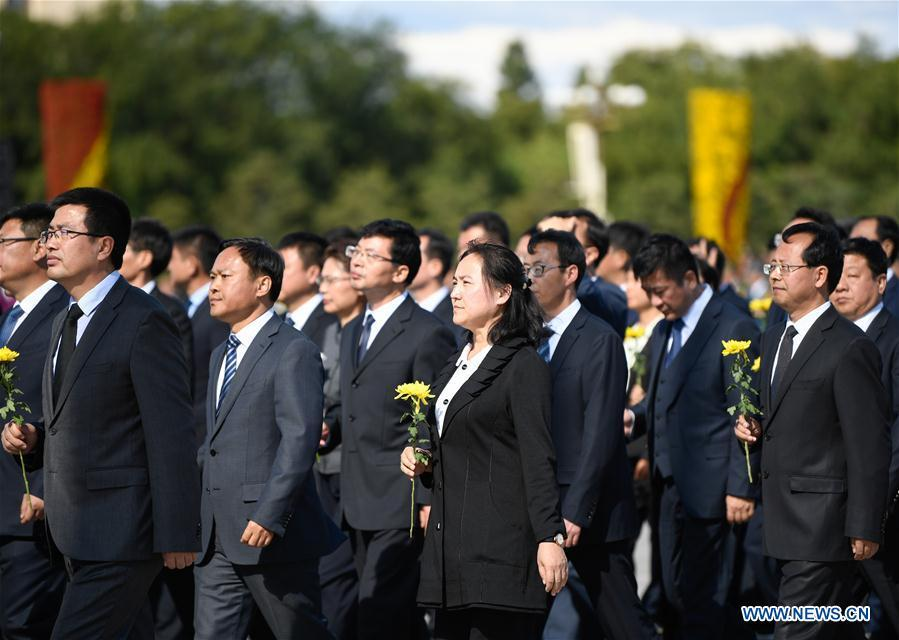 A ceremony to pay tribute and lay floral baskets to the Monument to the People\'s Heroes is held at Tian\'anmen Square in Beijing, capital of China, Sept. 30, 2018, on the occasion of the Martyrs\' Day. (Xinhua/Shen Hong)