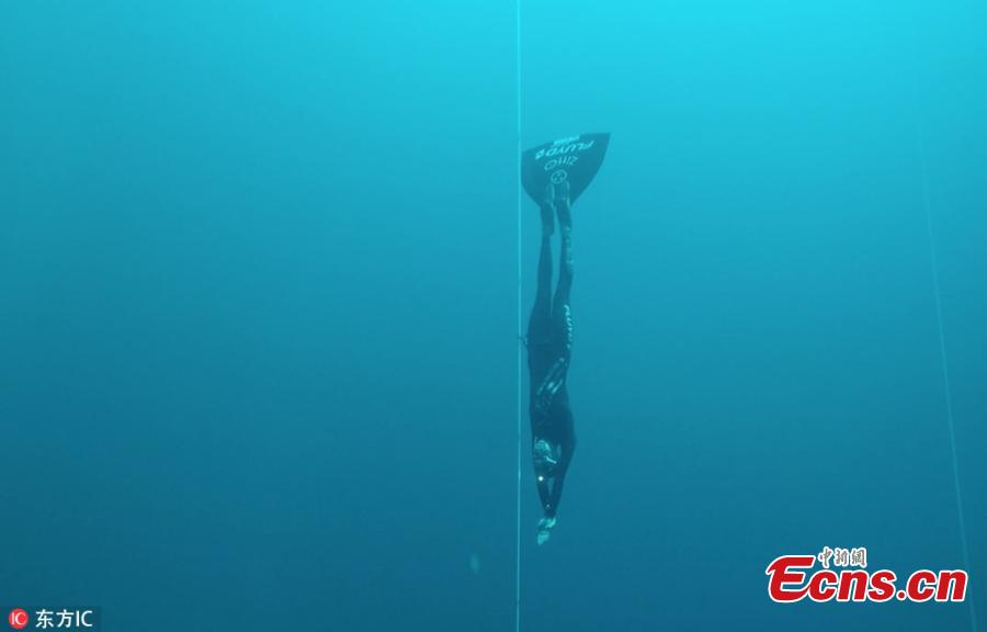 This is the incredible moment a woman breaks a world record by swimming more than 107 meters  in a free dive. Alessia Zecchini, from Rome, Italy, held her breath for more than three and a half minutes as she swam almost the length of a football field. (Photo/IC)