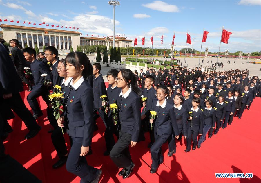 A ceremony to pay tribute and lay floral baskets to the Monument to the People\'s Heroes is held at Tian\'anmen Square in Beijing, capital of China, Sept. 30, 2018, on the occasion of the Martyrs\' Day. (Xinhua/Ju Peng)