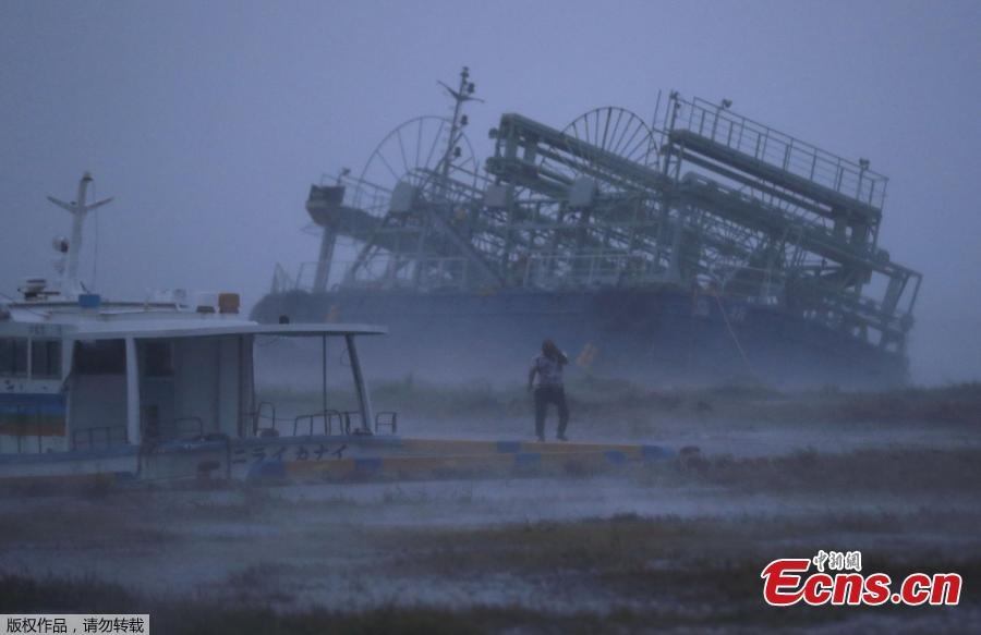 A ship (back) washes ashore at a port in Yonabaru, Okinawa Prefecture, on Sept. 29, 2018, as typhoon Trami approaches Japan\'s southernmost prefecture.  (Photo/Agencies)