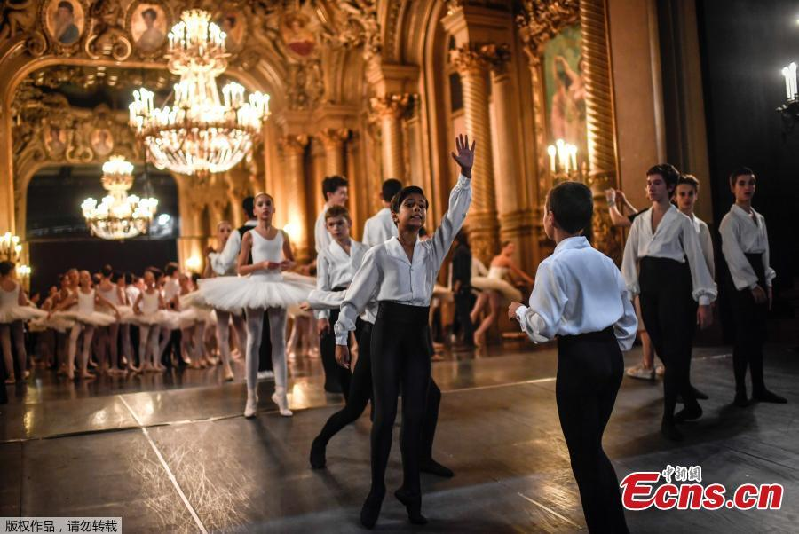 Dancers get ready on September 27, 2018 prior to the opening of the annual gala at the Opera Garnier in Paris. Laughter, rest, tenderness: a relaxed atmosphere reigns behind the scenes of the Opéra Garnier a few minutes before the traditional parade of the Paris Opera Ballet at the Palais Garnier on September 27, 2018. This carefree moment contrasts with the iron discipline of this unique performance in the world of dance. Every year, it brings together the 154 ballet dancers and dozens of \'little rats of the Opera\' (students of the dance school) in a sumptuous performance, on the music of the \'March\' of the Trojans, an opera by Berlioz. (Photo/Agencies)