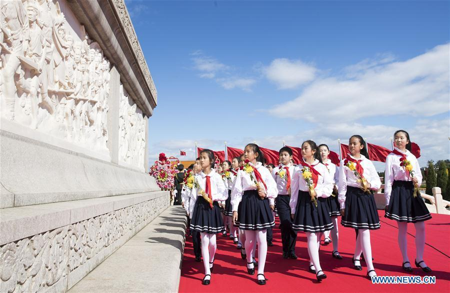 A ceremony to pay tribute and lay floral baskets to the Monument to the People\'s Heroes is held at Tian\'anmen Square in Beijing, capital of China, Sept. 30, 2018, on the occasion of the Martyrs\' Day. (Xinhua/Huang Jingwen)