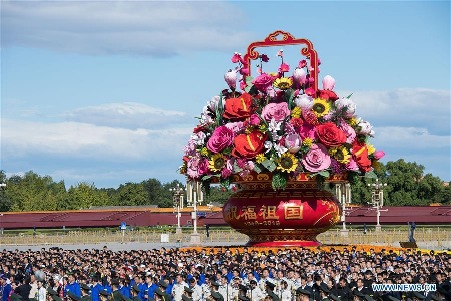 A ceremony to pay tribute and lay floral baskets to the Monument to the People\'s Heroes is held at Tiananmen Square in Beijing, capital of China, Sept. 30, 2018, on the occasion of the Martyrs\' Day. (Xinhua/Zhai Jianlan)