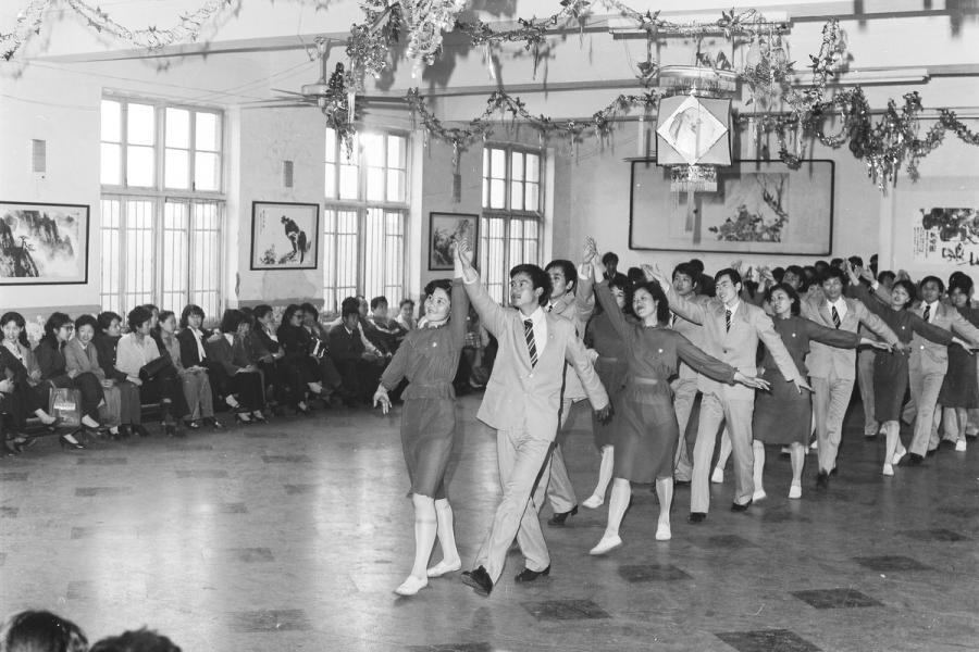 People take part in group dancing at the Workers\' Cultural Hall of Hefei, Anhui province, in 1984. [MA ZHAOYUN/FOR CHINA DAILY]