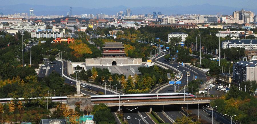 A Fuxing bullet train, the first high-speed train developed and built in China, drives across Yongdingmen Bridge in Beijing in the autumn of 2017. [YUAN RUILUN/FOR CHINA DAILY]