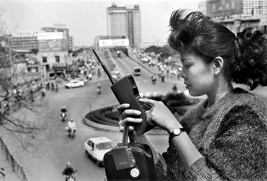 A citizen uses her mobile phone in Guangzhou, Guangdong province, in 1987. Guangdong was the first provincial-level region in the Chinese mainland to launch a mobile telecommunication network. [YE JIANQIANG/FOR CHINA DAILY]