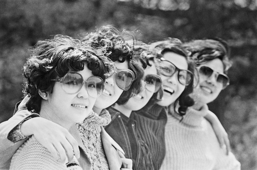 Women pose for a photo at Badachu Park in Beijing in 1980, when sunglasses and personalized hairstyles became popular. [WANG WENLAN/CHINA DAILY]