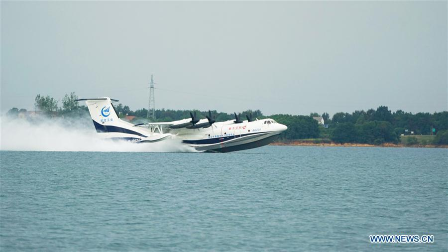 Photo taken on Oct. 1, 2018 shows the AG600, China\'s independently-developed large amphibious aircraft, under high-speed taxiing test on water in Jingmen, central China\'s Hubei Province. The AG600 has successfully completed the high-speed taxiing test on water Monday. (Xinhua/Photo provided by Aviation Industry Corporation of China, Ltd.)