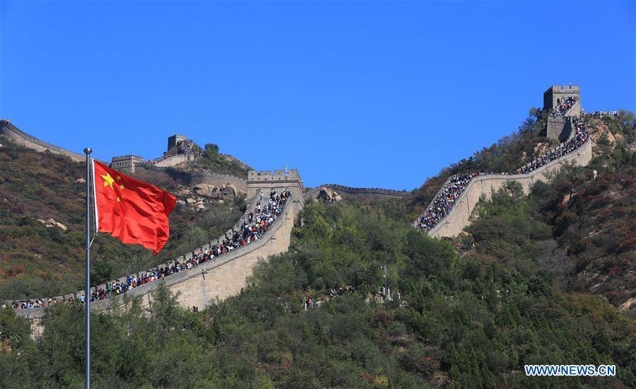 Tourists visit the Badaling Great Wall in Beijing, capital of China, Oct. 2, 2018. Scenic spots across the country witnessed a peak of tourists on Tuesday. (Xinhua/Wang Zhongsheng)