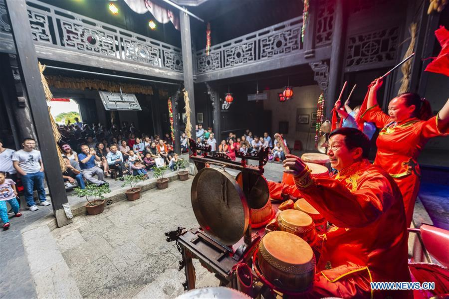 Actors play folk music at a scenic spot in Zigui County, central China\'s Hubei Province, Oct. 2, 2018, the second day of the week-long National Day holiday. (Xinhua/Zheng Jiayu)