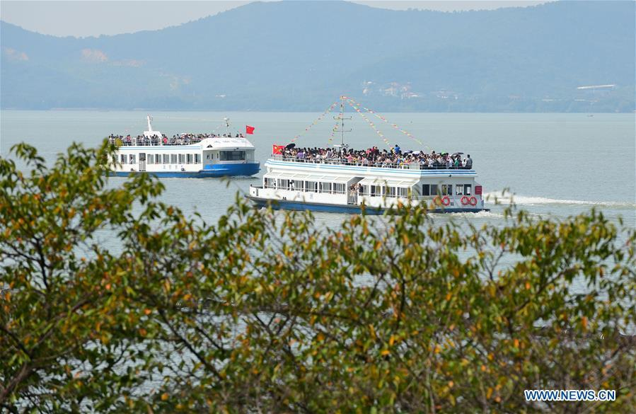 Tourists visit Yuantouzhu scenic spot of the Taihu Lake in Wuxi, east China\'s Jiangsu Province, Oct. 2, 2018. Scenic spots across the country witnessed a peak of tourists on Tuesday. (Xinhua/Huan Yueliang)