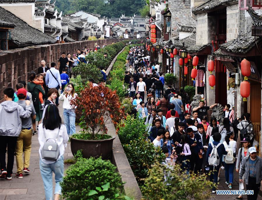 Tourists visit Fenghuang old town in Xiangxi Tujia and Miao Autonomous Prefecture, central China\'s Hunan Province , Oct. 3, 2018, the third day of the week-long National Day holiday. (Xinhua/Yao Fang)