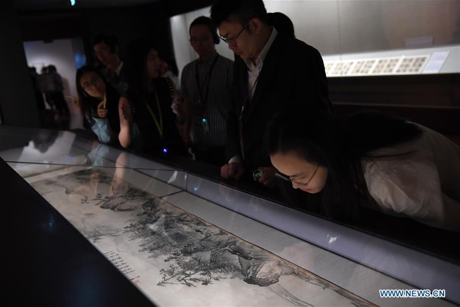 Journalists view a painting at the palace museum in Taipei, southeast China\'s Taiwan, Oct. 3, 2018. The museum will hold an exhibition under the title of \