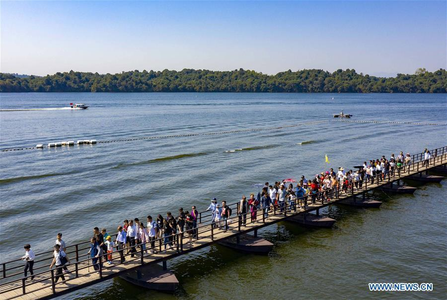 Aerial photo shows tourists visiting the Fairy Lake in Xinyu City, east China\'s Jiangxi Province, Oct. 3, 2018, the third day of the week-long National Day holiday. (Xinhua/Zhao Chunliang)