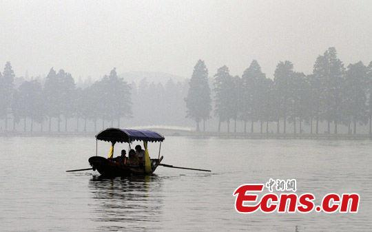 Season for fishing  Fishing in shallow water in autumn makes sense because during the Cold Dew period, temperatures decrease quickly and sunshine cannot reach the deep water thoroughly. Fish all swim to shallow water areas where the water temperature is higher.(Photo/China News Service)