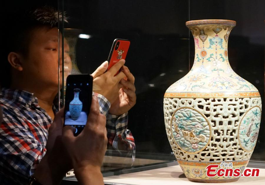A vase made during the reign of Emperor Qianlong (1700s) fetched 149 million Hong Kong dollars (19 million U.S. dollars) at Sotheby\'s autumn auctions in Hong Kong. (Photo: China News/Zhang Wei)
