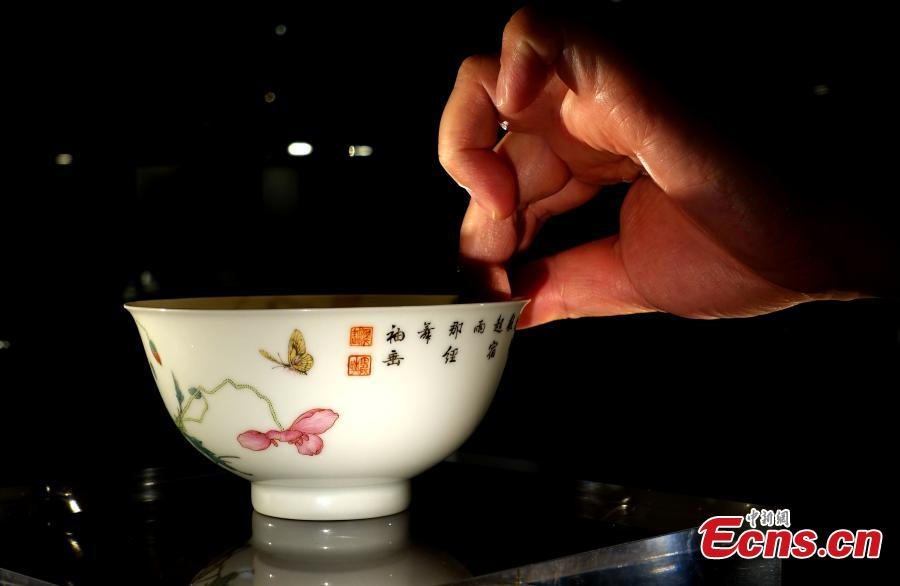 An enameled porcelain bowl with poppy and butterfly designs sold for 169.4 million Hong Kong dollars (21.6 million U.S. dollars) at Sotheby\'s autumn auctions in Hong Kong. The bowl was previously sold for 292 million Hong Kong dollars in 2003. (Photo: China News/Zhang Wei)