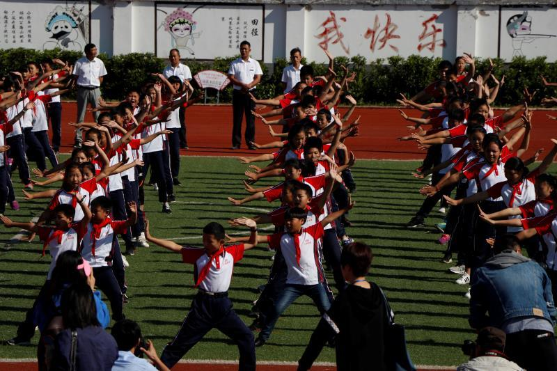 Students from the Xiaogang School, which includes nine grades, do exercises during a break between classes on Sept. 27. (Photo/chinadaily.com.cn)